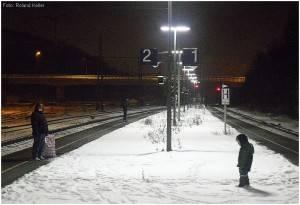 8_2010_01_05_StolbergHbf_Bahnsteig_FraumitKind_x7F2_F