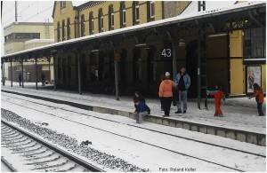 9_20100215_StolbergHbf_Gl43_SitzenanBahnsteigkante_F