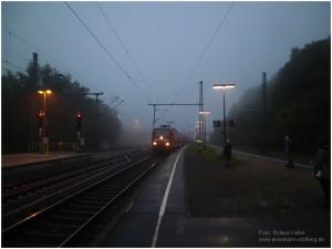 2013_05_31_StolbergHbf_Bahnsteigszene_im_Nebel_BR146_RE1_x6_F