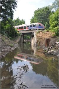 2014_07_27_Stolberg_Atsch_Ringbahnunterfuehrung_BR643_Spiegelung_im_Wasser_x3_F