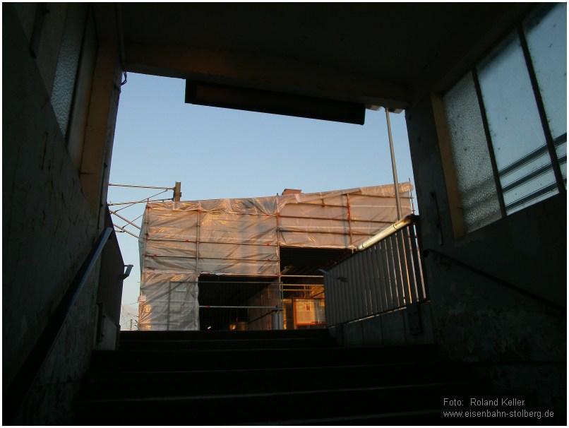 2015_02_06_StolbergHbf_Blick_aus_Bahnsteigunterfuehrung_EG_mitPlane_x11_F