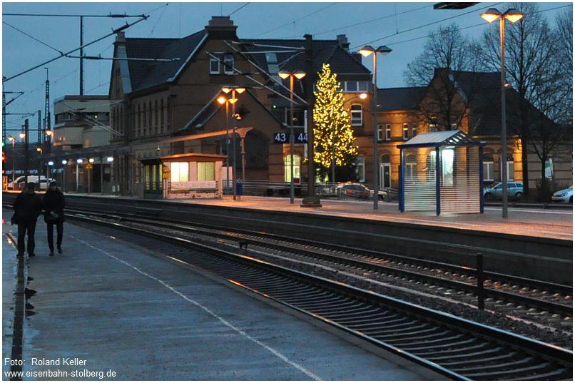 2015_11_28_Stolberg_Hbf_von_Gl2_EG_mit_Weihnachtsbaum_x1_F