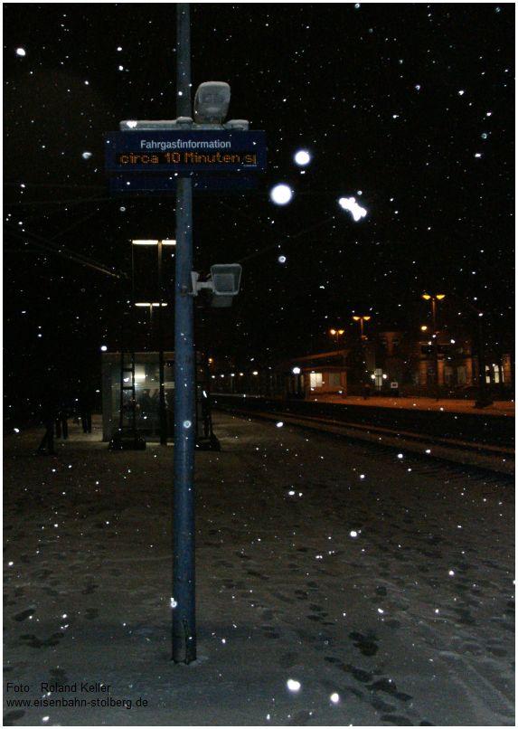 2016_02_15_Stolberg_Hbf_leichter_Schneefall_Bahnsteigszene_Verspaetungsanzeige_x4_F