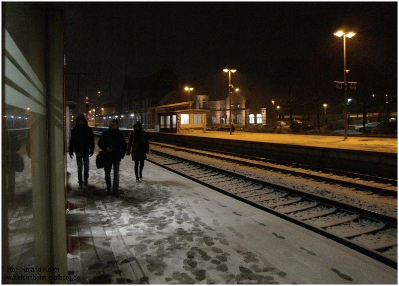 2016_02_15_Stolberg_Hbf_leichter_Schneefall_Bahnsteigszene_x2_F