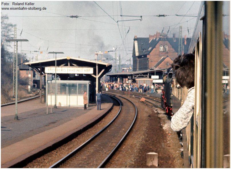 1976_04_03_StolbergHbf_Einfahrt_050651_Pendelzug_Gl1a_x3_F
