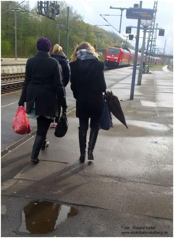 2016_04_26_Stolberg_Hbf_Bahnsteigszene_Fruehling_Schal_Muetze_Schirm_x3_F